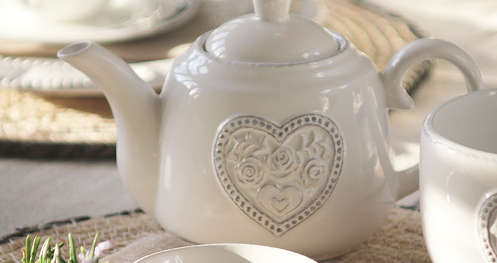 4. Decorative heart tea pot set